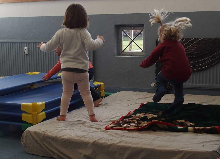 Niños de tres años saltando