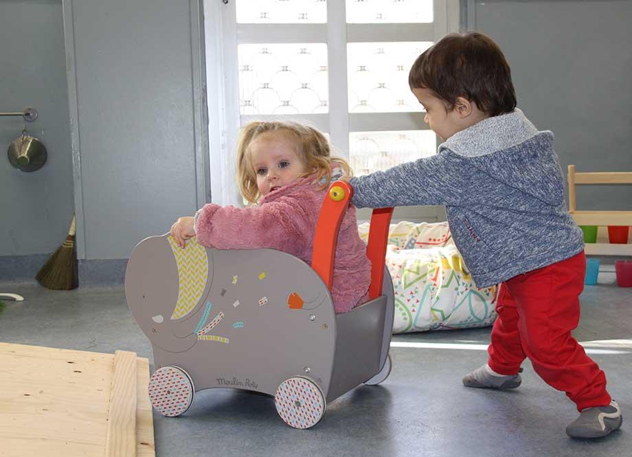 Niño y niña de Pamplona jugando.