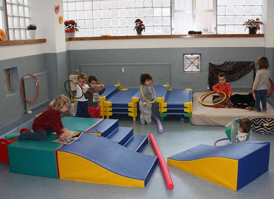 Niños de tres años en el cole