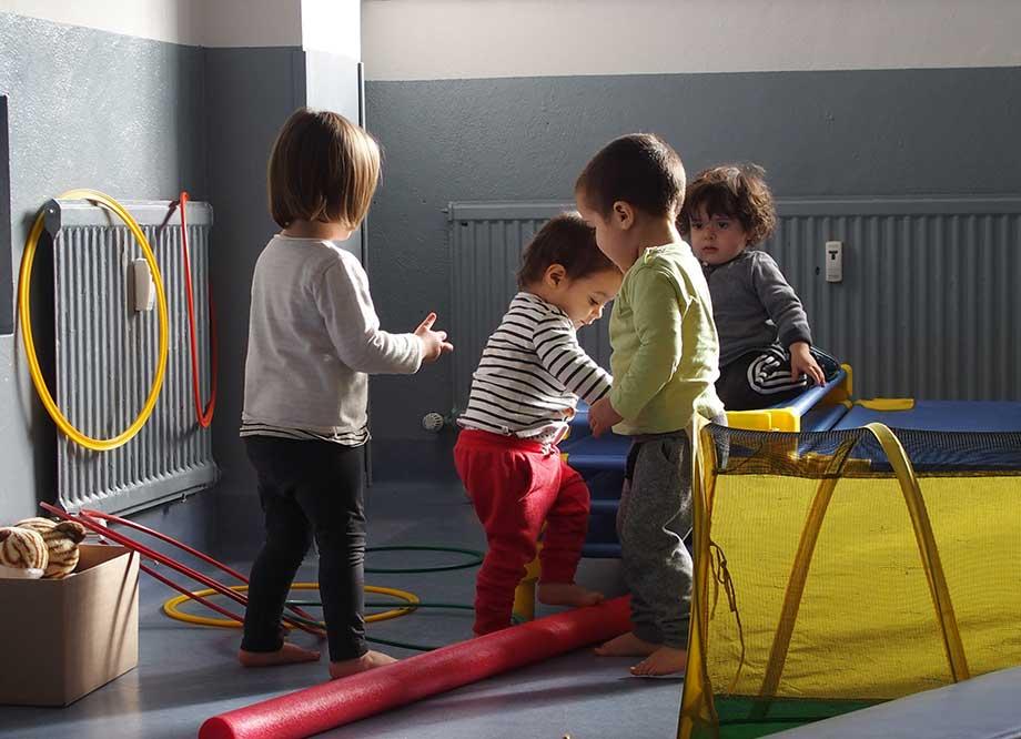 Niños y niñas jugando en la guardería