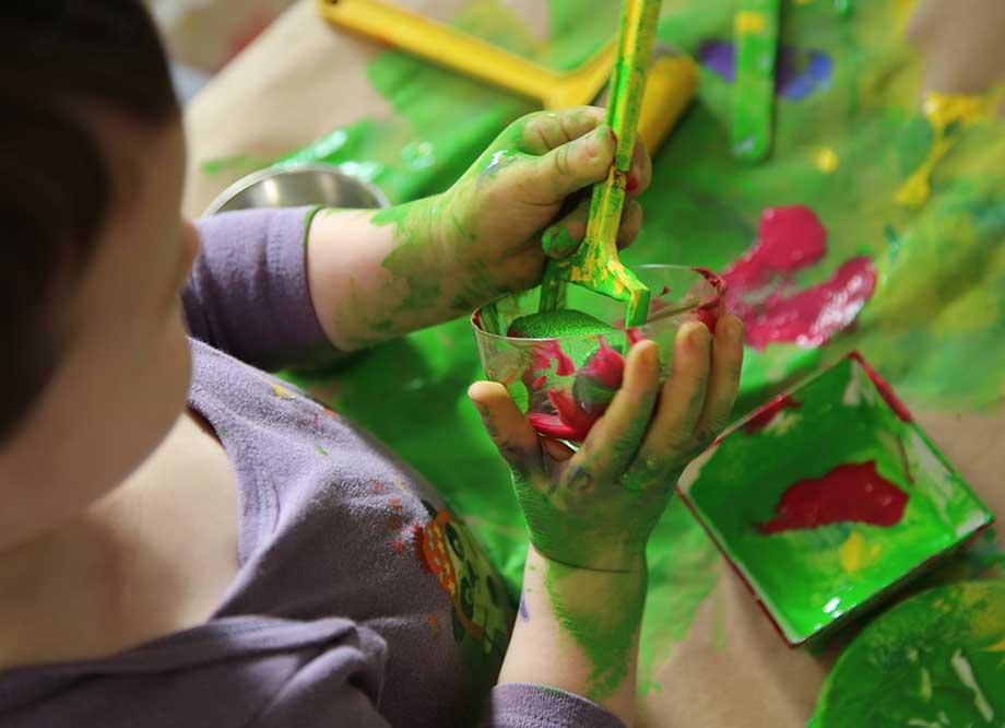 Niños jugando con las manos